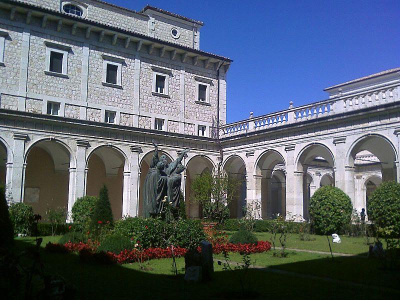Montecassino Primo chiostro.jpg