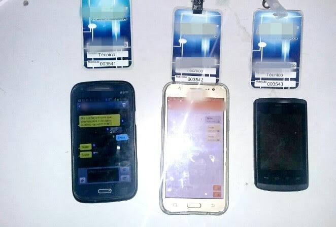 Crachás falsos e celulares foram apreendidos pela PRF com os suspeitos (Foto: Divulgação/PRF)