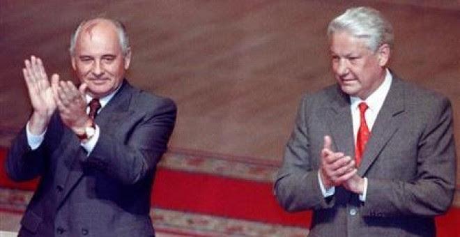 Boris Yeltsin y Mijail Gorbachov durante una reunión extraordinaria en el Soviet Supremo el 23 de agosto de 1991.REUTERS/Alexander Natruskin/Files