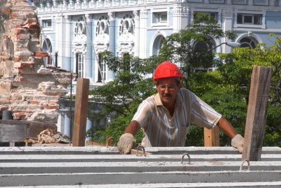 Cooperativista constructor, realiza labores de mantenimiento y rehabilitación a una vivienda particular, en el Centro Histórico Urbano de la ciudad de Cienfuegos, Cuba, el 30 de junio de 2014. AIN FOTO/Modesto GUTIÉRREZ CABO.