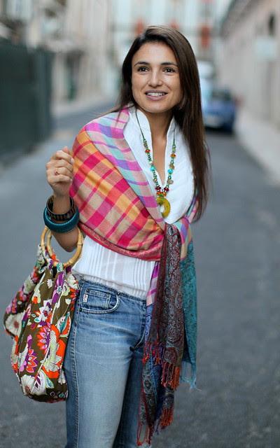 Tudo aquilo que as cores vivas dum bazar turco precisam para brilhar é dum fundo branco