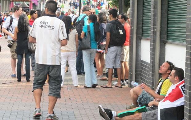 Brasileiros frustrados na saída de Wembley (Foto: Cahê Mota / Globoesporte.com)