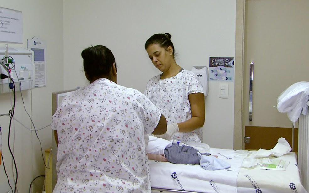 Enfermeiras preparam Joaquim para receber a primeira dose do medicamento em Ribeirão Preto (Foto: Carlos Trinca/EPTV)