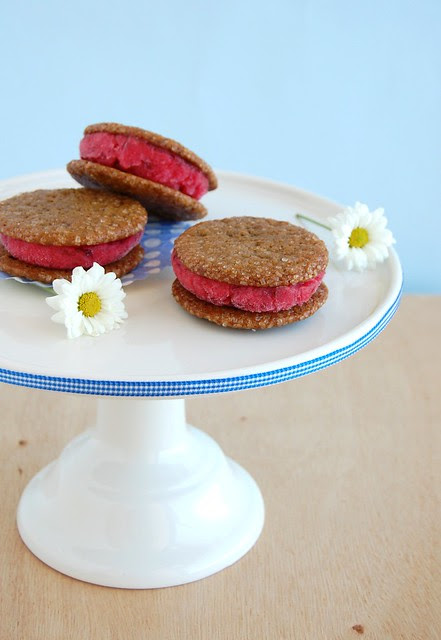 Plum sorbet sandwiches with molasses cookies / Sanduíches de sorbet de ameixa com cookies de melado