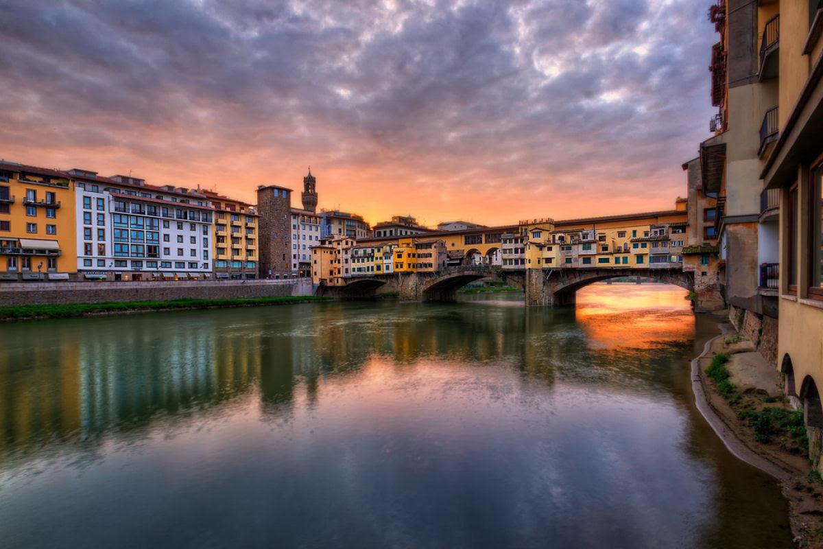 Ponte Vecchio: A Ponte Medieval cheia de lojas em Florença, Itália 01