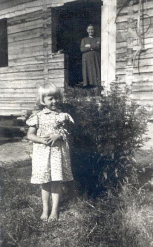 Isoäitini Maria Rytkönen ja minä lapsena