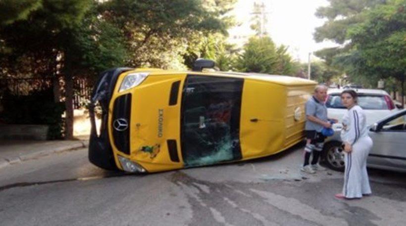 Ανετράπη σχολικό λεωφορείο στα Βριλήσσια - Στο νοσοκομείο ο οδηγός