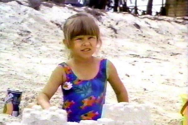 Judith Barsi (1978-1988): Uma das protagonistas de 'Tubarão 4: A Vingança' e voz de uma dos dinossauros da animação 'Em Busca do Vale Encantado', Barsi foi assassinada aos 10 anos por seu pai. Em seguida ele matou a mãe da garota e cometeu suicídio. (Foto: Reprodução)