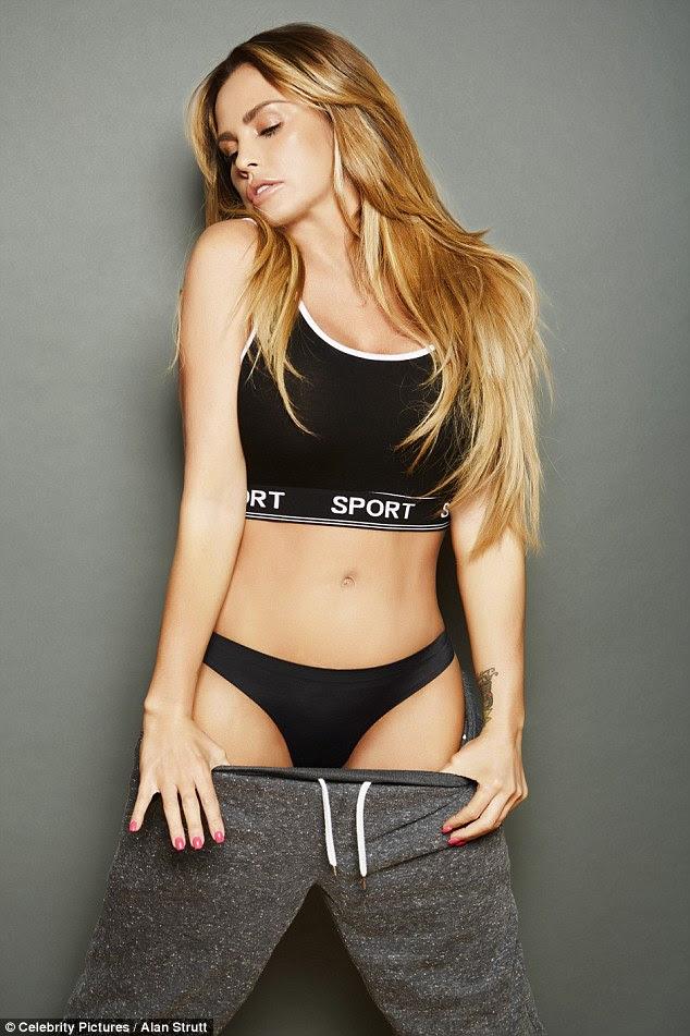 Coelho de ginástica: Ela puxou para baixo suas calças de treino como ela modelou um sutiã esportivo e cuecas