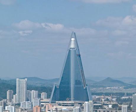 O Ryugyong arranha-céu de mais de 330 metros de altura no centro da Coreia do Norte, Pyongyang. Seu formato de foguete atende aos fetiches atômicos dos ditadores norte-coreanos (Foto: Philipp Meuser)