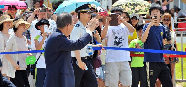 Ban Ki-Moon saluda en su visita a la Expo de Yeosu.   Afp
