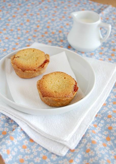 Cherry jam frangipane tartlets / Tortinhas de frangipane e geléia de cereja