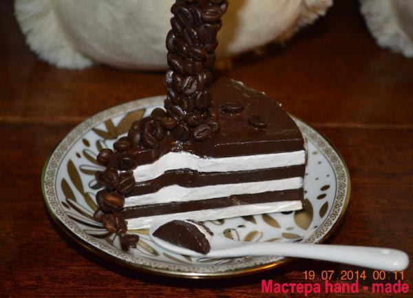 Парящая чашка с кусочком торта
