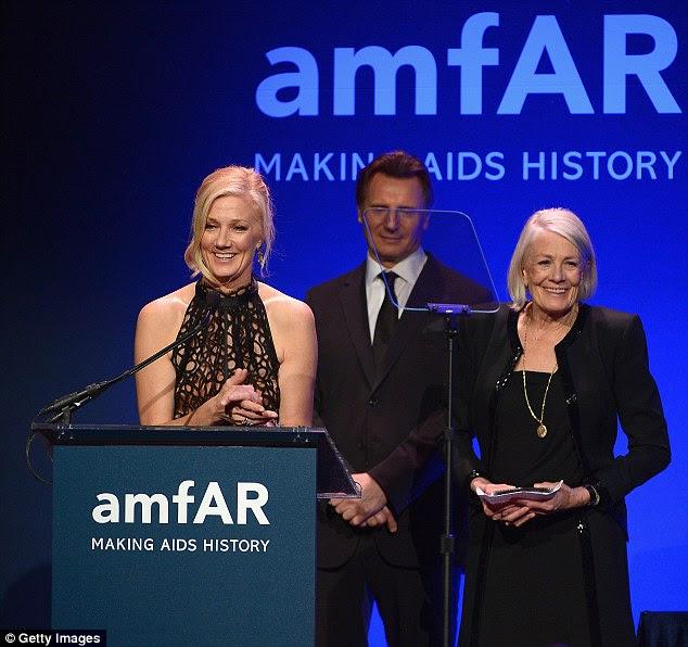 Mão amiga: Liam Neeson chegou ao palco para apresentar a par com o prêmio, enquanto ambos os vencedores optaram por chiques, olhares negros