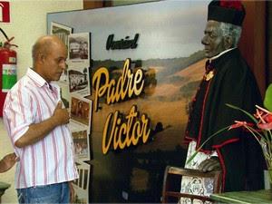 Fiéis visitam memorial de Padre Victor em Três Pontas, MG (Foto: Reprodução EPTV)