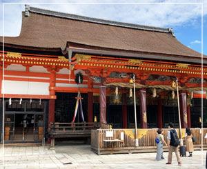 前の通りは幾度も通っていたけどお参りは初めて、八坂神社。