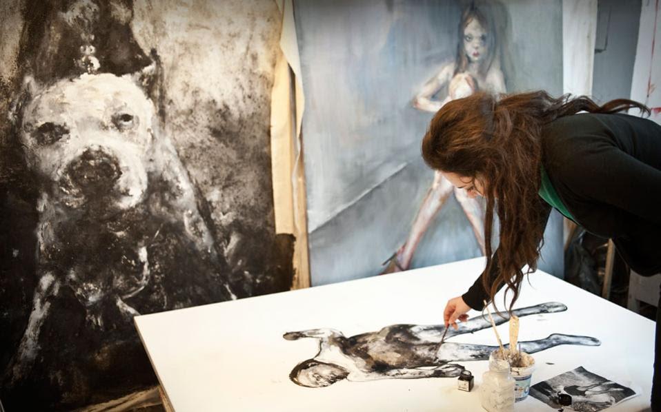 Φοιτήτρια της Σχολής Καλών Τεχνών Φλώρινας εν ώρα εργασίας.