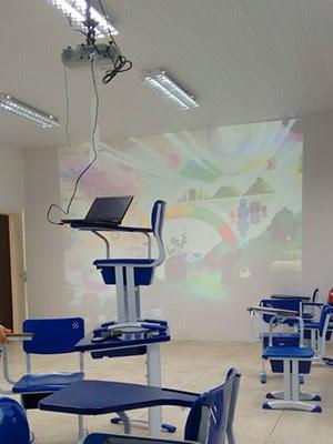 Estudantes reclamam da gambiarra para fazer projetor funcionar (Foto: Wherlyshe Moraes)