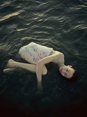 Retrato da fotógrafa Alexandra Sophie, que criou a série 'Inverno' (Foto: Sheriff Nasir/Alexandra Sophie/Divulgação)