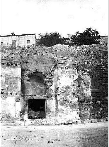 Restos de la Puerta de Alcántara de Toledo aparecidos en 1911 al derribar unas casas