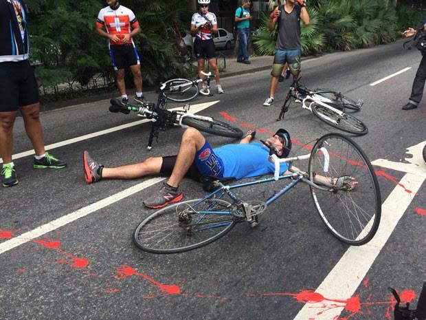 Ciclistas jogaram tinta vermelha no chão e deitaram na rua em frente ao Palácio Guanabara (Foto: Matheus Rodrigues/G1)