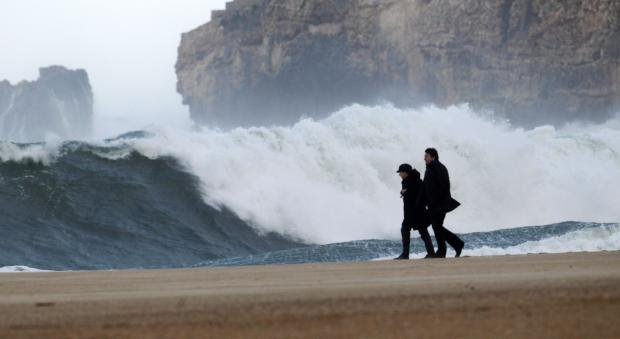 Ondas gigantes põem costa portuguesa em alerta vermelho