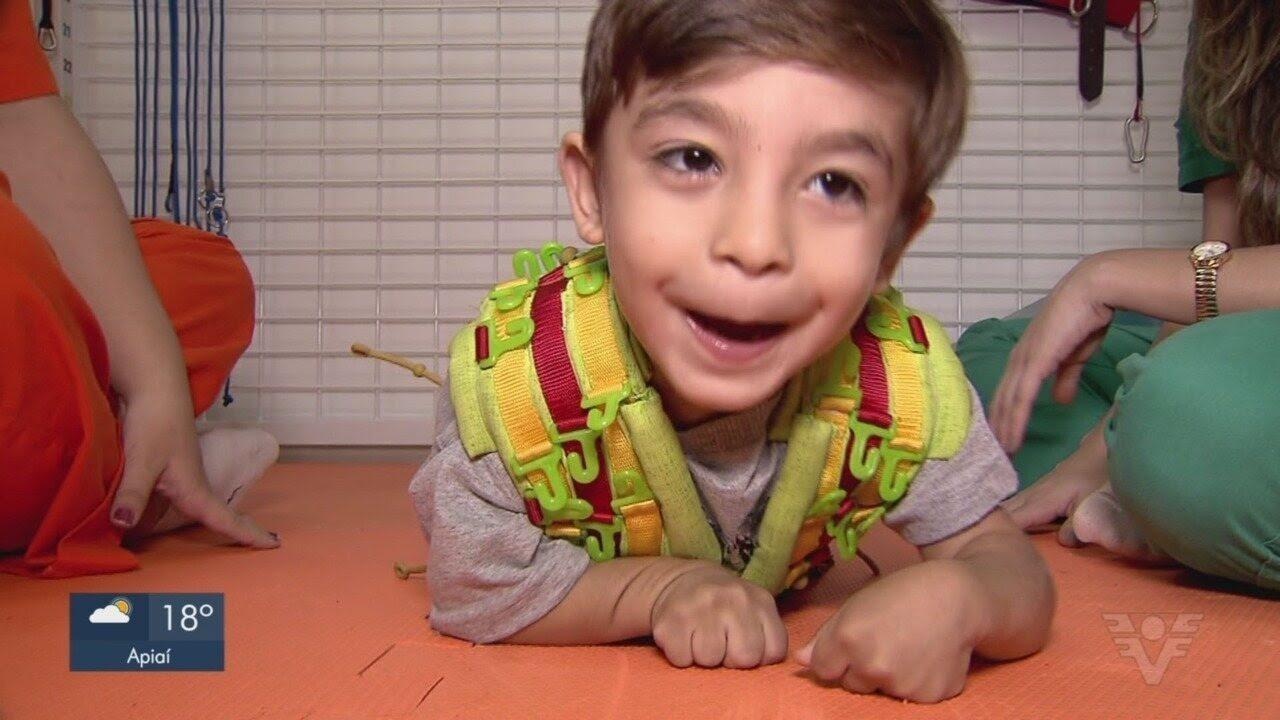 Resultado de imagem para Criança que luta para superar paralisia cerebral precisa de ajuda