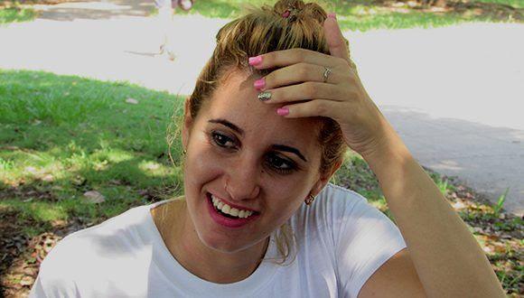 Dina Fernández es muy conocida entre sus seguidores por su particular forma de saludarlos. Foto: Cinthya García Casañas/ Cubadebate.