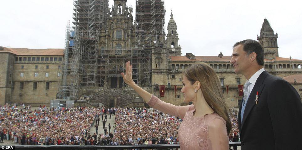 Ondas Rainha Letizia de simpatizantes na varanda do prédio do governo da Galiza após a tradicional cerimônia de homenagem ao Apóstolo Santiago ao lado de seu marido, o rei Felipe
