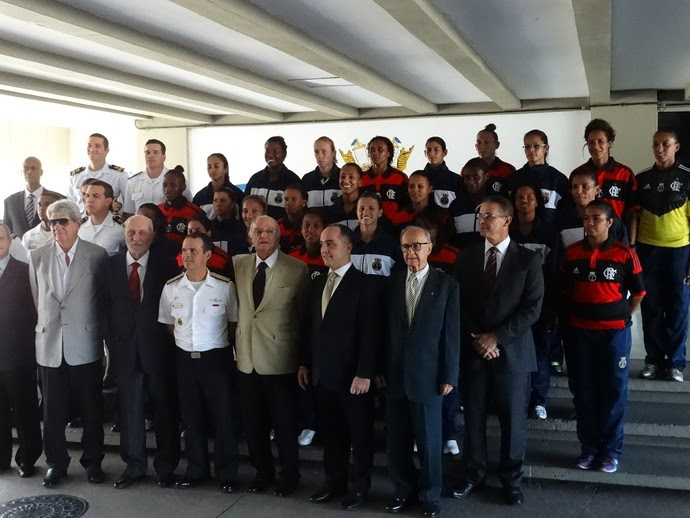 Jogadoras e comissão técnica do time da Marinha e do Flamengo (Foto: Jessica Mello)