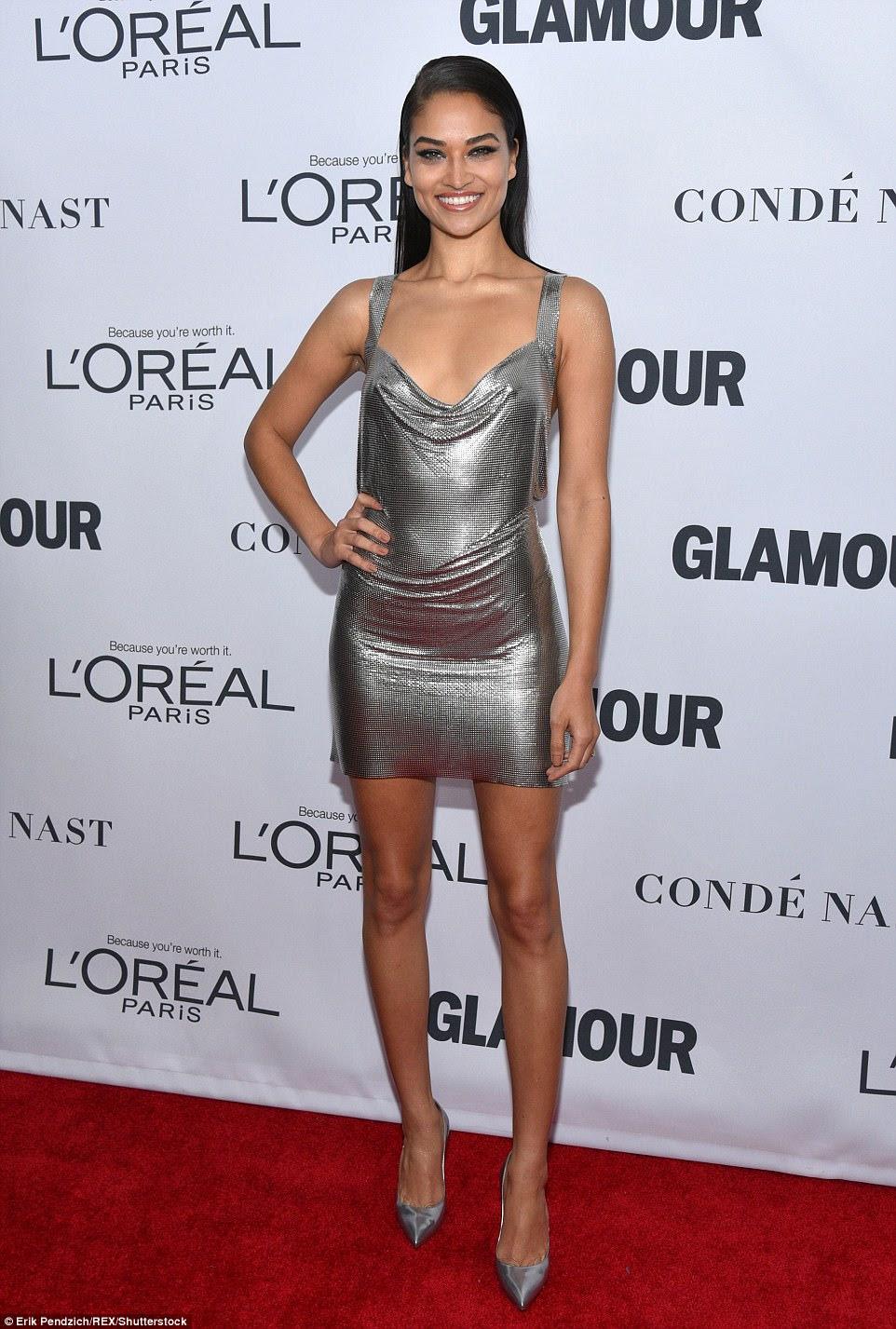 Wowza!  Shanina Shaik ficou deslumbrada com um minúsculo vestido de prata que mostrou suas longas pernas