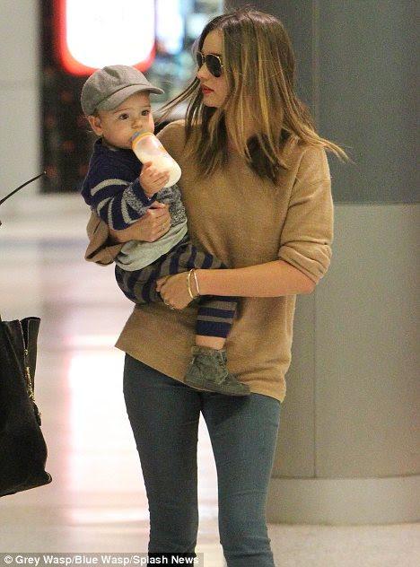 O kadar büyüyor: Avustralya'da geldi ve onu 17 aylık oğlu süt kendi şişesi taşıyan Miranda Flynn taşıyan görüldü