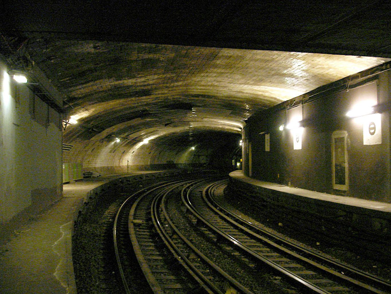 http://upload.wikimedia.org/wikipedia/commons/b/b6/Metro_de_Paris_-_Ligne_2_-_Victor_Hugo_-_Station_abandonnee_01.jpg