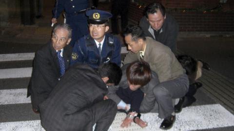 DRAP: Et medlem av yakuzaen blir pågrepet utenfor stasjonen i Nagasaki i 2007 etter at han har skutt ordføreren i byen. Foto: EPA/NISHI NIHON SHIMBUN/NTB Scanpix