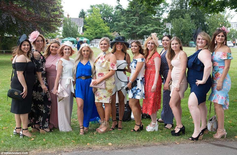 Aqui vem as garotas!  Um grupo de amigos estava vestido com esmero para o grande dia fora e ansioso para mostrar suas roupas