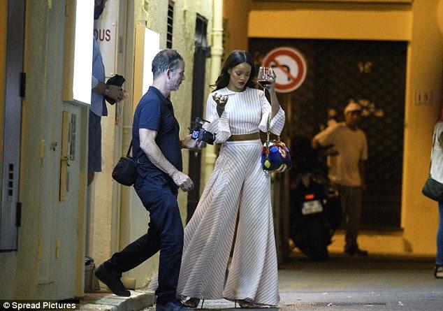 Em movimento: O cantor de 28 anos de idade, foi visto parecendo nervoso enquanto ela segurava um copo de vinho tinto e falou em seu telefone celular enquanto estiver na cidade no sul da Franc