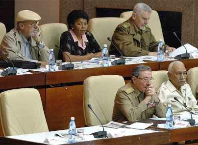 Raúl Castro, junto a la silla vacía de Fidel en el Parlamento cubano