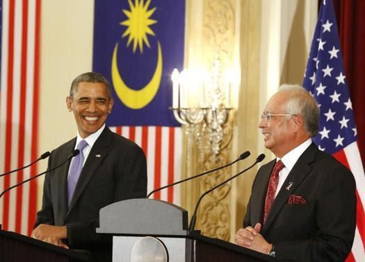 O presidente dos EUA Barack Obama e primeiro-ministro malaio Najib Razak tanto sorrir enquanto eles participam de uma coletiva de imprensa conjunta no Edifício Perdana Putra em Putrajaya, Malásia, 27 de abril de 2014. REUTERS / Larry Downing