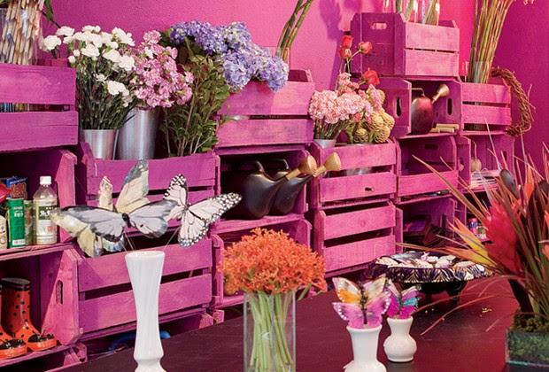 Ideia da florista Helena Lunardelli: caixotes empilhados e pintados em tom de ameixa formam uma estante e organizam as flores (Foto: Casa e Jardim)