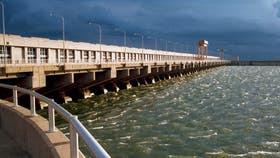 Una imagen de estación hidroeléctrica de Yacyretá de 2004 sobre el río Paraná, entre Corrientes y Paraguay