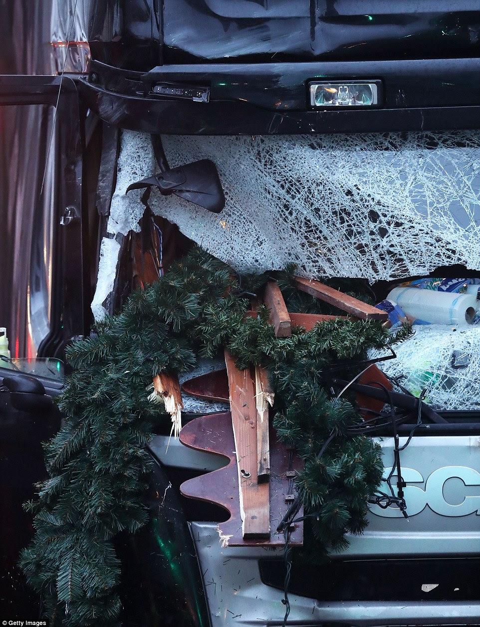 Close up: O vidro quebrado no pára-brisa de um caminhão de manhã depois de arado por meio do mercado de Natal