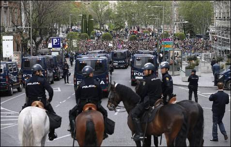 Un total de 1.400 efectivos de la Policía Nacional han protegido los accesos al Congreso de los Diputados, en cuyas inmediaciones se ha convocado una protesta contras las principales instituciones del Estado con el lema 'Asedia el Congreso'.