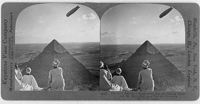 Graf Zeppelin sobrevolando las pirámides de Giza. Fotografía de George Lewis. Keystone View Company