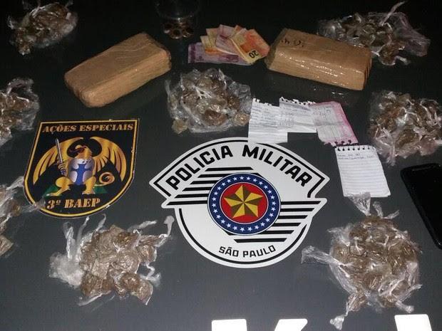 Com os homens, policiais apreenderam  cerca de 2kg de maconha (Foto: Divulgação/ 3 Baep Policia Militar)