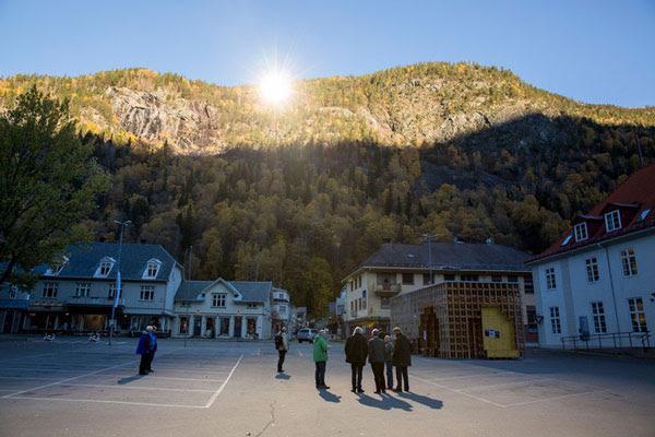 perierga.gr - Γιγάντια κάτοπτρα φωτίζουν χωριό που ήταν στο σκοτάδι!