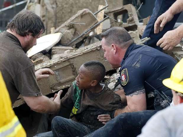 20 de maio - Menino é resgatado dos escombros da escola primária Plaza Towers em Moore, no Estado do Oklahoma Foto: AP
