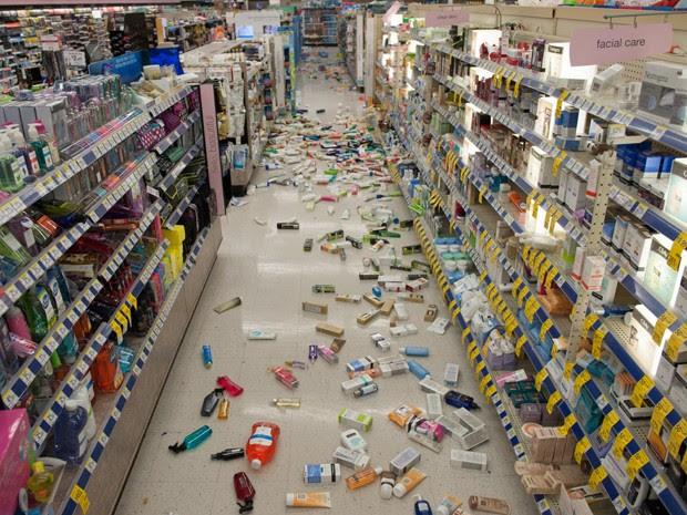 Garrafas quebradas são vistas no chão de uma farmácia CVS após terremoto em Fullerton, na California (Foto: AFP)