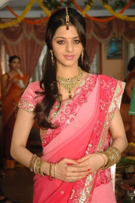 Tamil Actress Vedika Saree Back   Sarees to wear