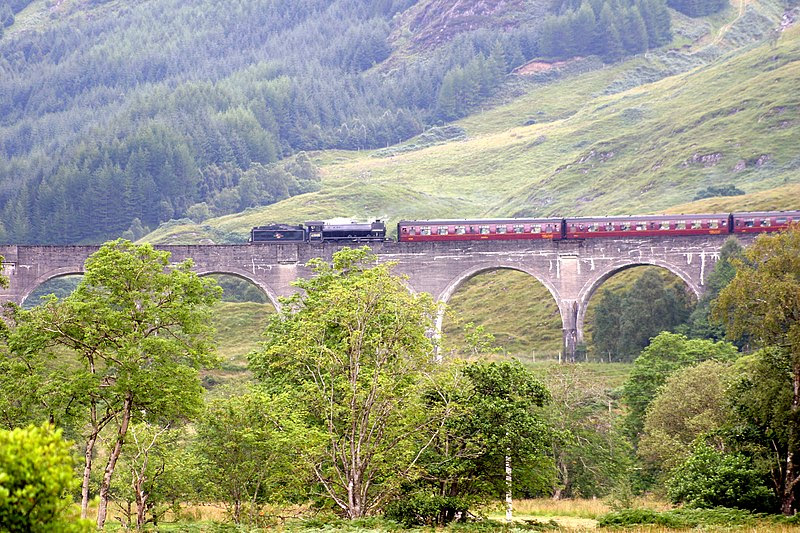 File:Train across Glenfinnan Viaduct (239397344).jpg