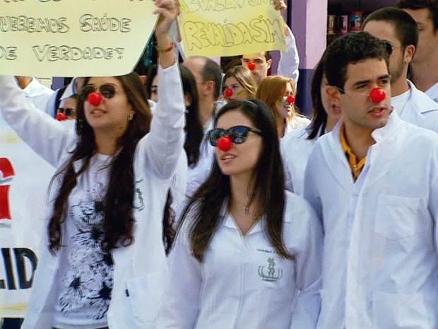 Resultado de imagem para médicos e estudantes de medicina contra Dilma